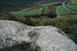 Tombes antropomorfes, cisterna i caçoletes a la roca a Sant Feliuet de Savassona
