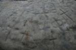 Pedra de les bruixes. Roca amb gravats rupestres, moltes creus, al Pla deSavassona