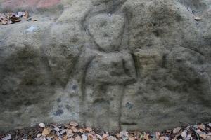 Roca del nen o de l'home. Roca amb gravats rupestres amb una figura antopomorfa al Pla de Savassona