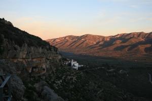 Vista general dels Abrics de l'Ermita, amb l'Ermita de la Pietat, la Foia i la Serra del Montsià