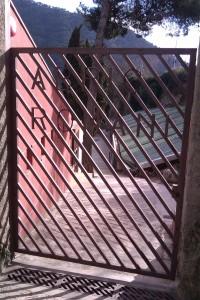 Porta d'entrada a l'Abric Romaní