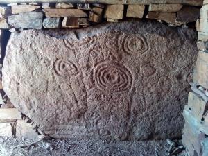 Sitja del Llop o Estela de la Calma. Rèplica a la Barraca d'en Ramon.