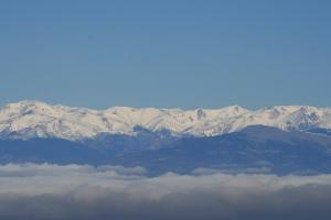 La boira a la Plana i els Pirineus nevats des del Pla de la Calma